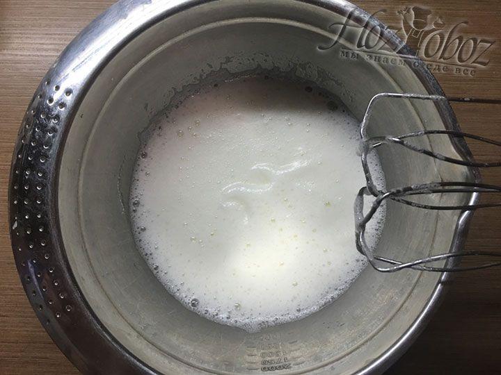 Для глазури помещаем в сухую миску 4 белка и слегка их взбиваем
