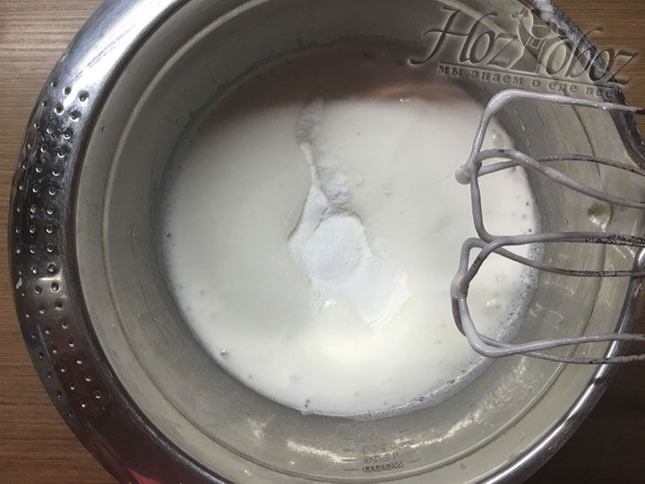 В легкую яичную пену понемногу начинаем всыпать сахарную пудру