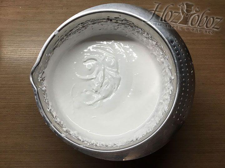 Хорошенько взбиваем глазурь до тех пор пока не растворится сахар и не образуются стойкие пики