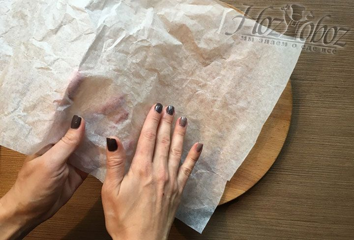 Вручную распределяем масло так, чтобы мясо не прилипло к бумаге во время отбивания с обеих сторон