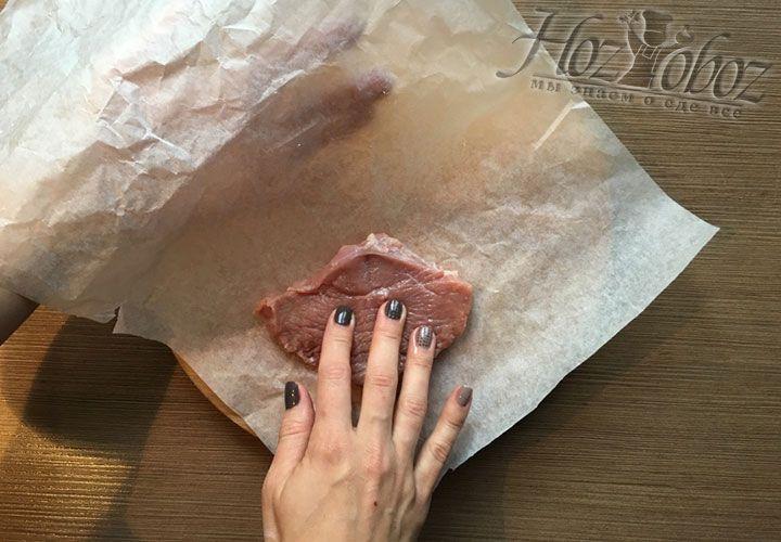 Мясо размещаем на бумагу как раскрытую книгу страничками вверх