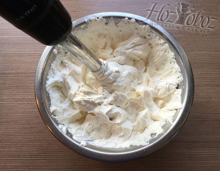Перетертый творог должен стать похожим на крем-сыр