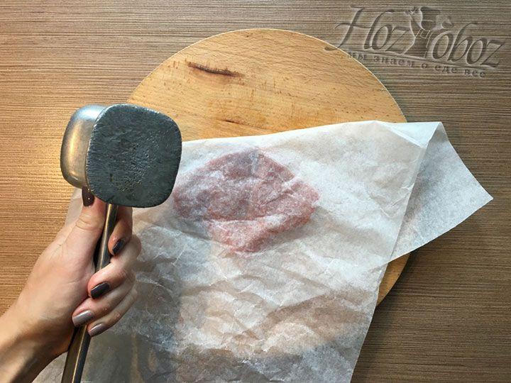 Мясо отбивается через пергамент специальным плоским молоточком