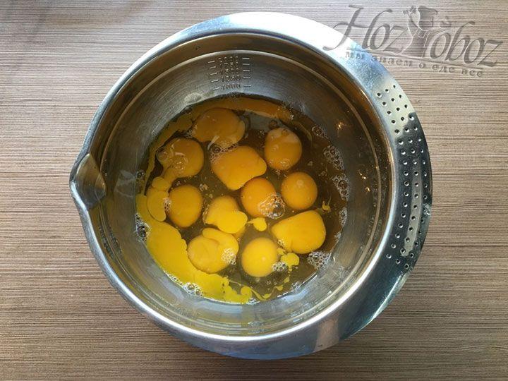 Не холодные яйца разбиваем в вытертую насухо миску