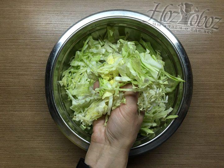 Чтобы капуста стала помягче и посочнее пожмем ее хорошенько с солью