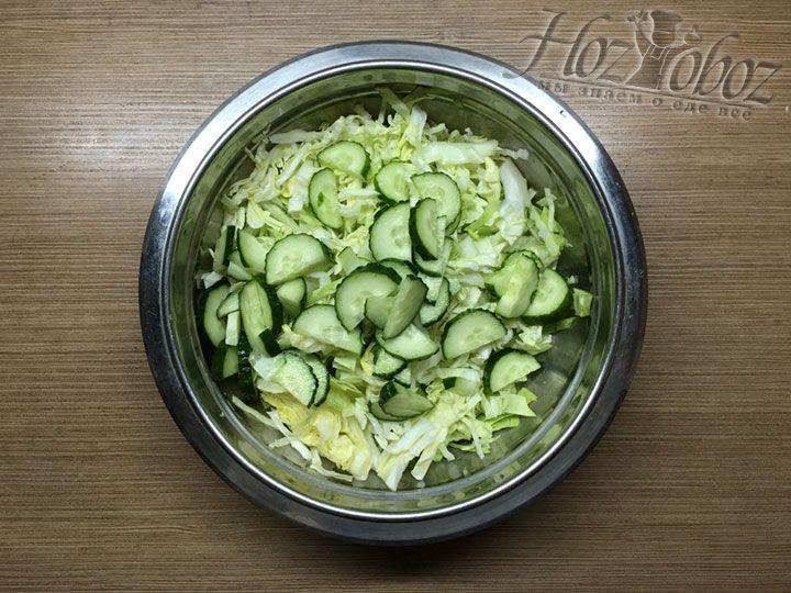 Добавляем огурцы в салат