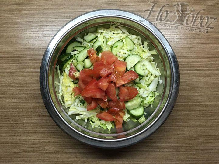 Отправляем томаты в миску с салатом