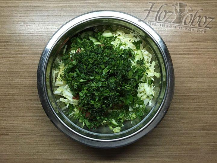 Нарезанную зелень добавляем в миску с остальными ингредиентами