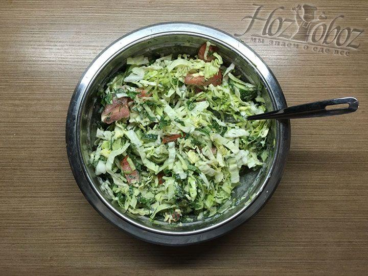 Заправленный салат важно хорошо перемешать