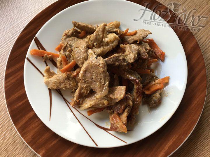 Готовое мясо выкладывайте на тарелки и по желанию гарнируйте чем угодно от каши или картошки до ароматных гренок или салатов. Уверена, вам понравится результат кулинарный стараний)