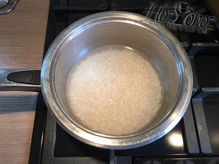 Рис высыпаем в кастрюлю и помещаем под проточную воду. Промывать его следует до тех пор, пока вода не станет прозрачной