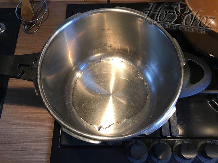 Нагреваем в сковороде или кастрюле растительное масло