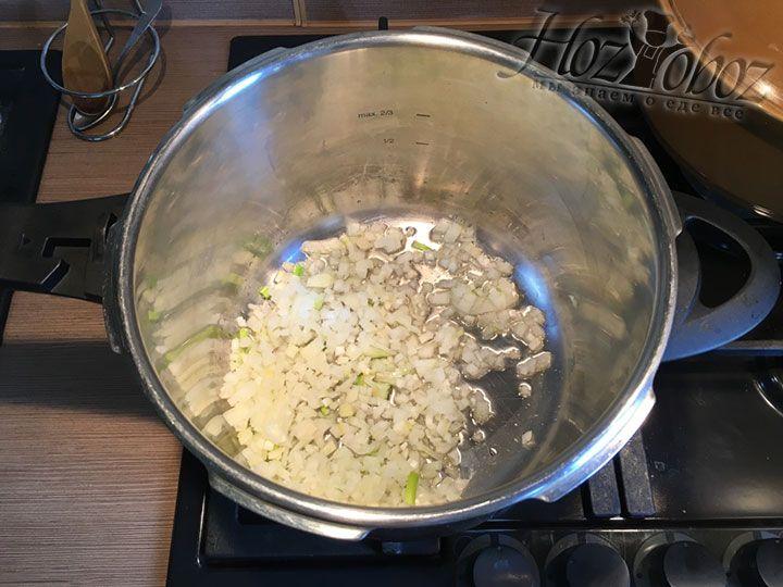 Измельченный лук всыпаем в кастрюлю с разогретым растительным маслом