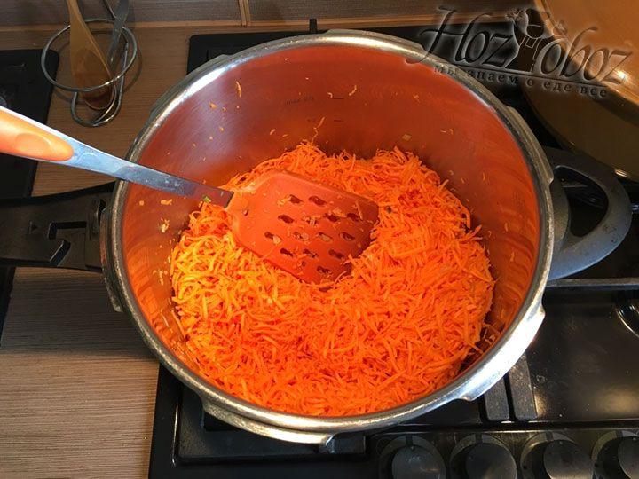 Пришло время добавить в зажарку натертую морковку