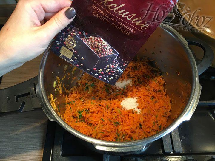 Важно не забыть и приправить морковь специями, мы использовали только смесь перцев