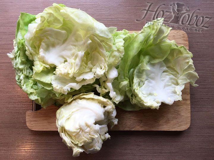 По прошествии отведенного времени с капусты можно легко и просто снять листья