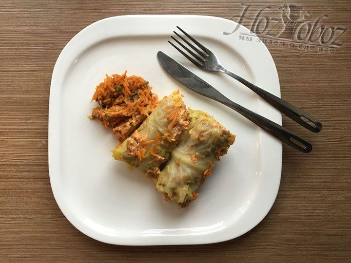 Подаем голубцы горячими вместе в с морковью и сметанкой. Приятного всем аппетита!