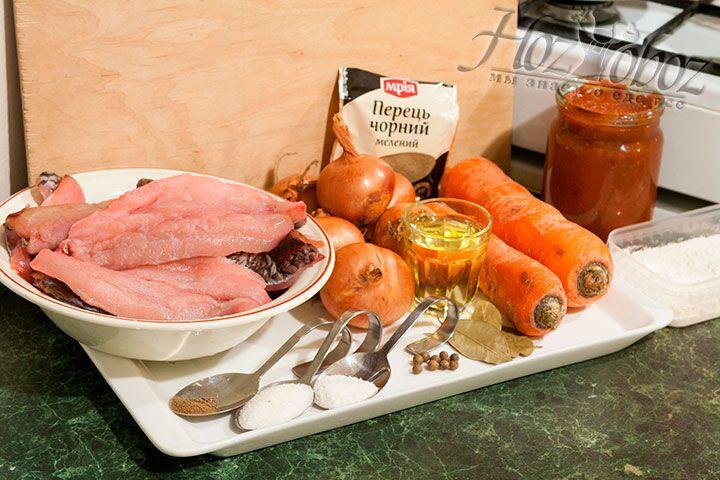 Для рыбы под маринадом используем филе карпа, головки лука, морковь, соус томатный, растительное рафинированное масло, соль с сахаром и специями