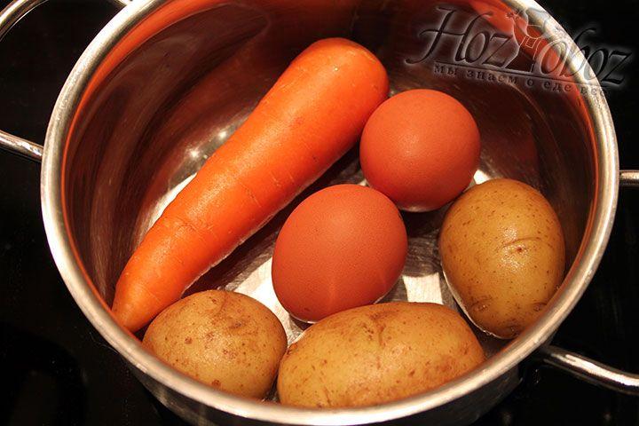 Морковь, картошку и яйца тоже варим до готовности: яйца минут 10-15, а овощи примерно по 40 минут