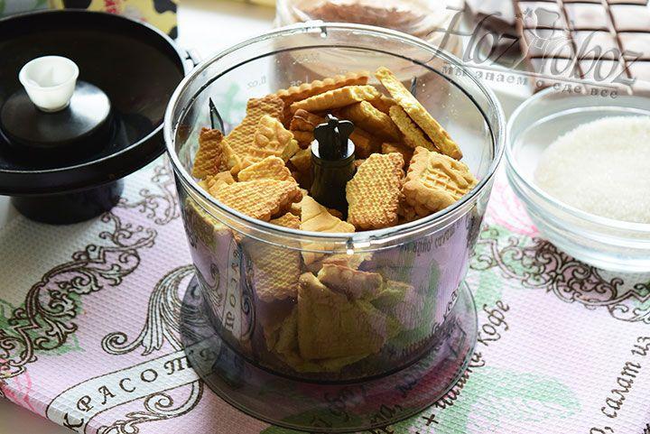 Печенье крошим руками и выкладываем в чашу блендера для измельчения