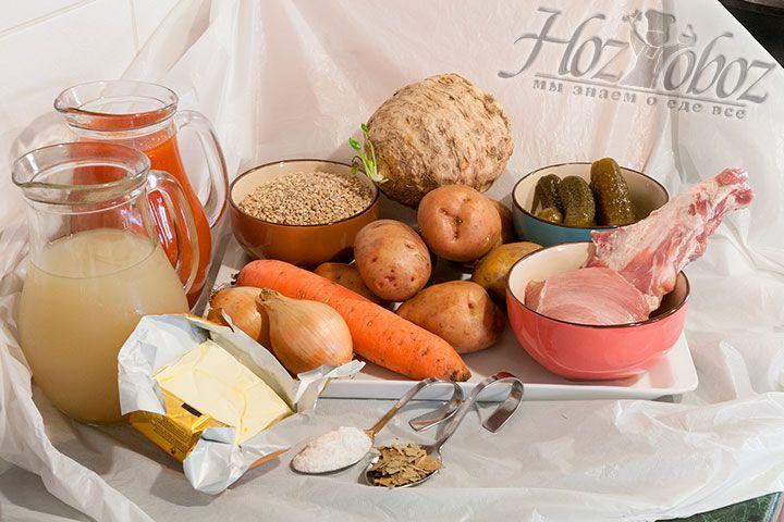 Подготовим все необходимые ингредиенты – постную телятину, перловку, огурцы солёные с рассолом, густой томатный сок, лук, морковь, картофель, сельдерей, лист лавровый, маргарин и соль