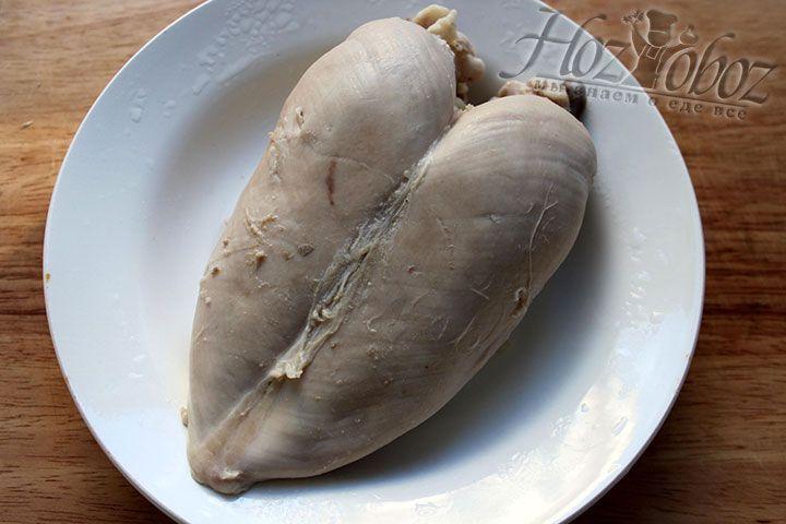 Отваренную грудку вынимаем из кастрюли и остужаем, а затем покрываем пищевой пленкой и отправляем часа на 2 в холодильник