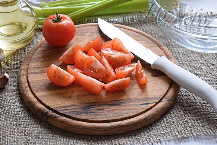 Порежем помидоры, воспользовавшись остро наточенным ножом