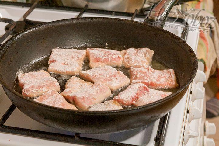 Поджарим рыбу до золотистого цвета панировки