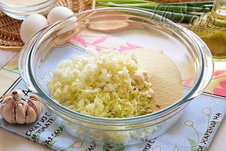 Отправляем нарезанный лук к капусте. Туда же насыпем манку и выдавим зубочки чеснока