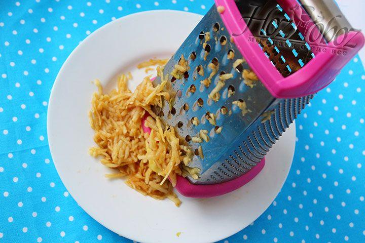В миску помещаем все продукты подготовленные для оладьев и настаиваем 20 минут чтобы не измельченные хлопья набухли