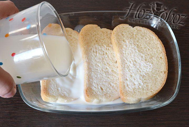 Батон вымочим в питьевых сливках или молоке. Добавим размякший батон в фарш и преобразуем в однородную вязкую массу