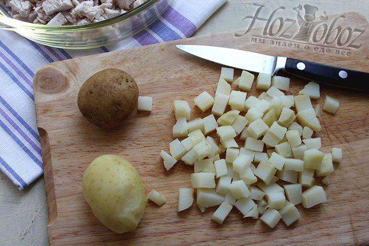 Клубни картофеля тоже чистим, измельчаем мелким кубиком и накрываем ею слой мяса
