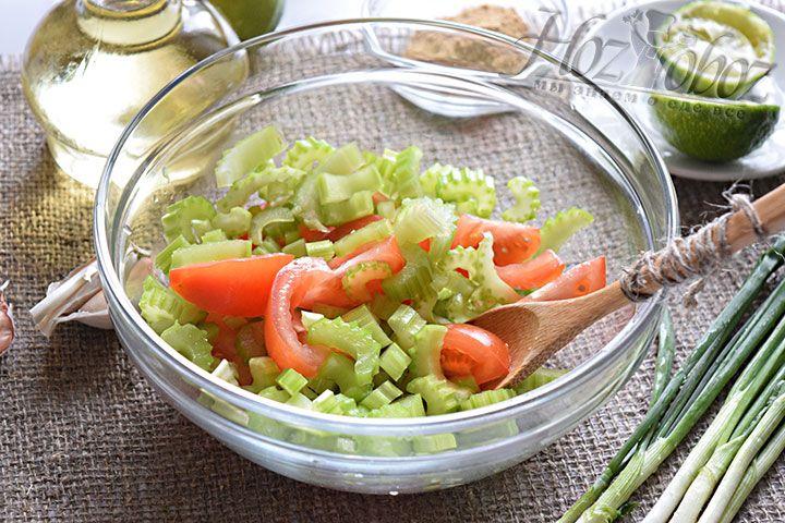 Выложим измельчённый сельдерей в салатник