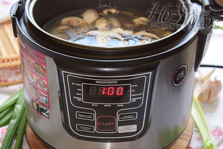 Когда заданные 20 минут истекут добавим в мультиварку воду и запустим режим «Суп» примерно на 1 час