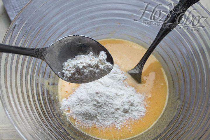 Теперь небольшими порциями вводим в тесто муку и соду не забывая при этом его все время тщательно помешивать