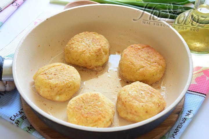 В разогретую сковородку с растительным маслом выкладываем котлеты и жарим до золотистого цвета с обеих сторон