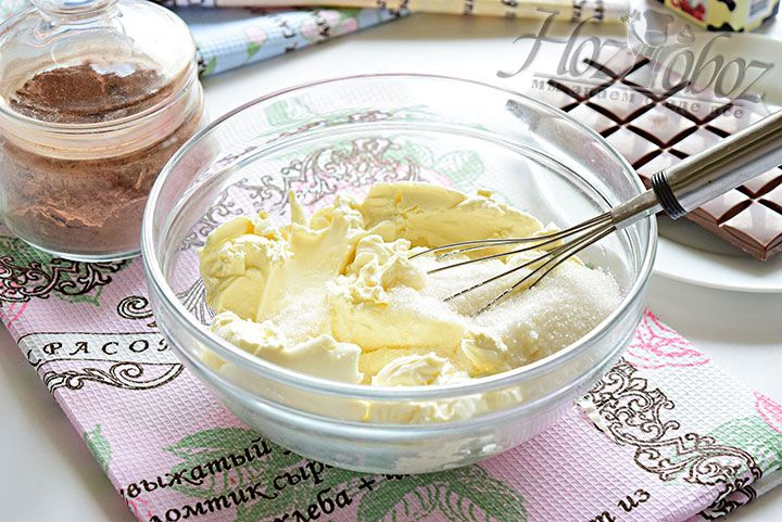 Теперь займемся начинкой: прежде всего соединим в миске сливочный сыр, сахарный песок и ваниль