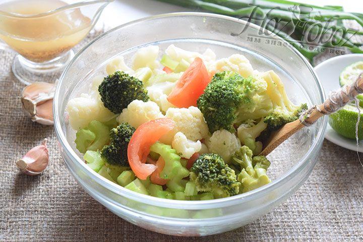 Выложим к остальным компонентам отваренные брокколи и цветную капусту, заправим приготовленным соусом