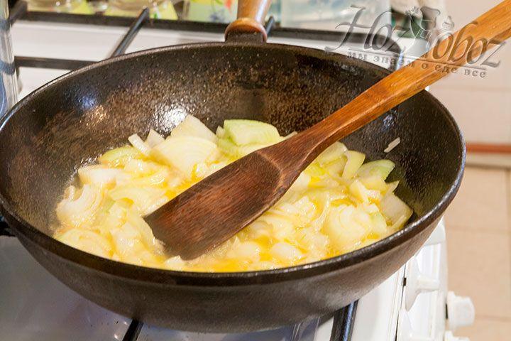 В разогретом маргарине спассеруем тонко нарезанный лук