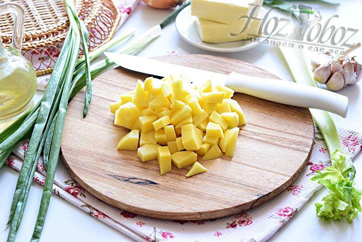 Очистим и нарежем кубиками клубни картофеля