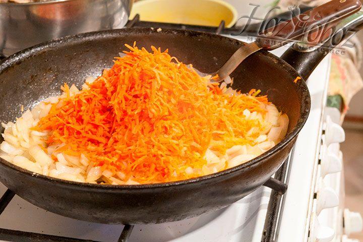 Добавляем натёртую морковь в луковую пассеровку