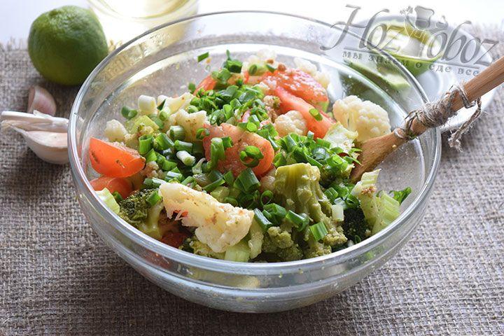 Лучком присыплем почти готовый салат