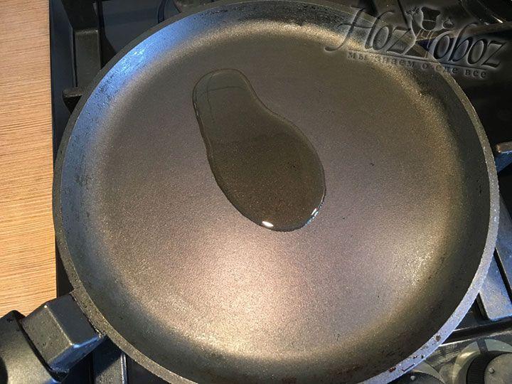 Ставим на огонь блинную сковороду и разогреваем в ней масло