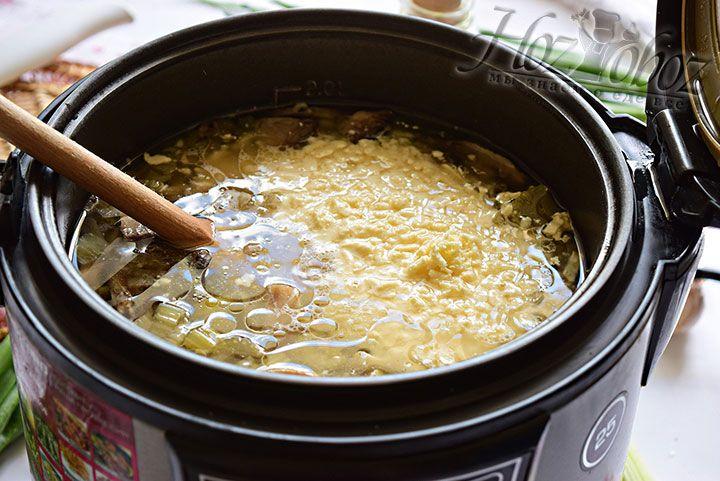 Примерно за 5 минут до окончания приготовления введем сыр и измельченный зубок чеснока