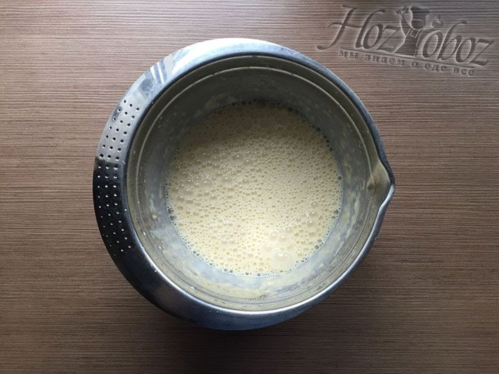 Теперь все продукты введены и осталось только хорошенько взбить тесто
