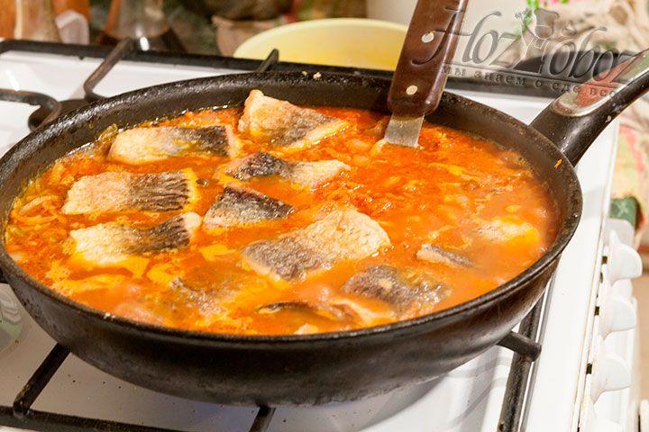 Выкладываем куски жареной рыбы в наш маринад и томим до готовности