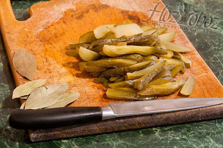 Брусочки огурцов и лавровый лист – последние штрихи заправки для рассольника