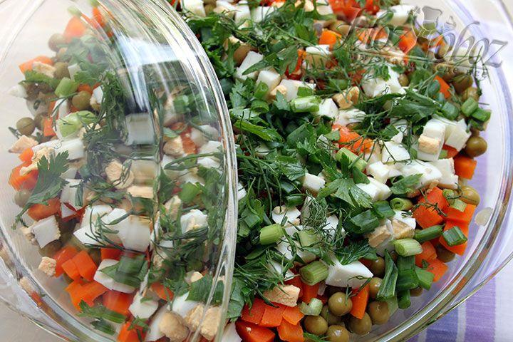 Теперь салат правильно собран и прослоен и пришло время отправить его в холодильник, но только без заправки