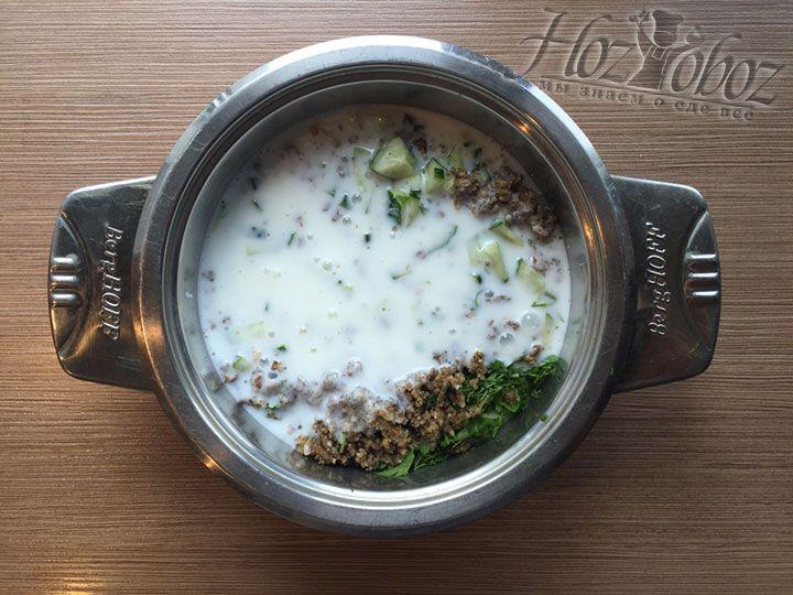 В овощную основу для супа выливаем кефир