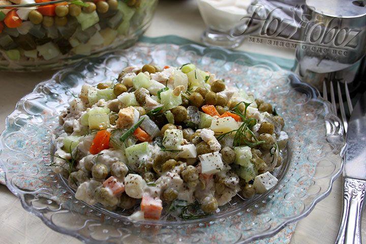 Перед подачей на стол столичный салатик следует заправить солью, специями по вкусу и, конечно, майонезом